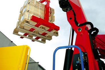 Palfinger Knuckle Boom lifting pallet of wood