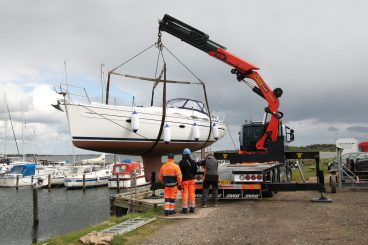 Palfinger Knuckle Boom lifting a boat