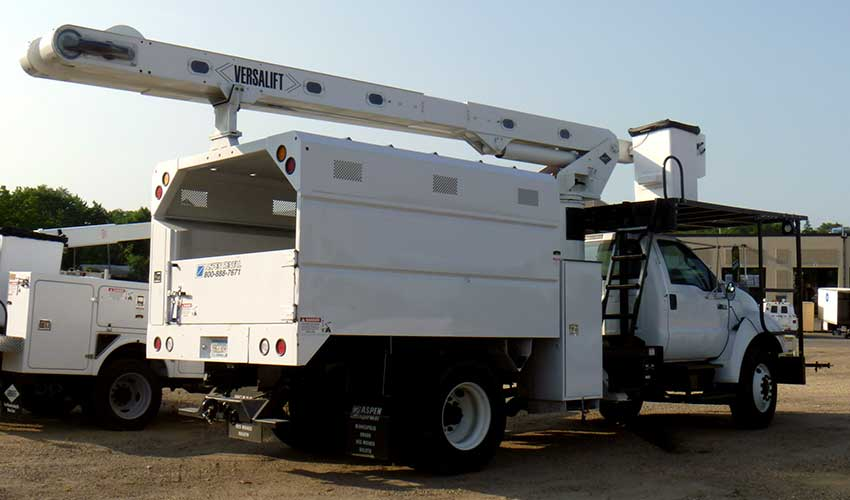 Rear-mounted Versalift VO-260 over-center aerial device, 63.67 ft working height with flatbed body